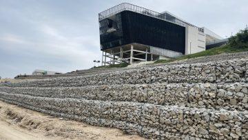 ก่อสร้างระบบระบายน้ำและป้องกันดินพังเพื่อป้องกันน้ำฝนชะล้างดินและกัดเซาะฐานราก อาคารอำนวยการอุทยานวิทยาศาสตร์ภาคใต้ (จังหวัดสงขลา)
